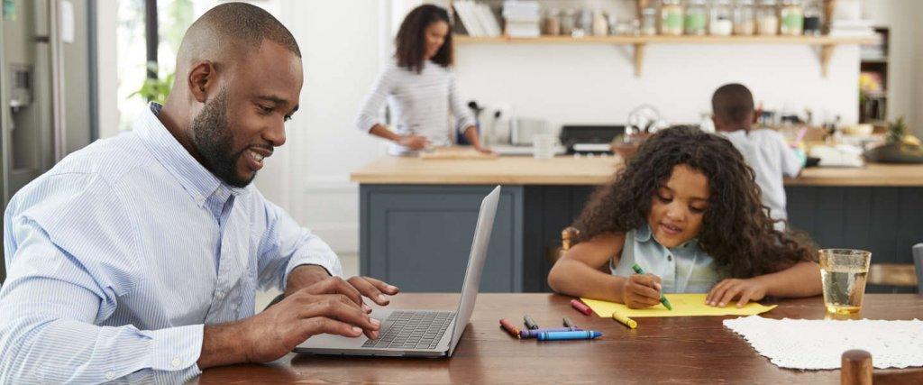 Familie und Laptop in Küche
